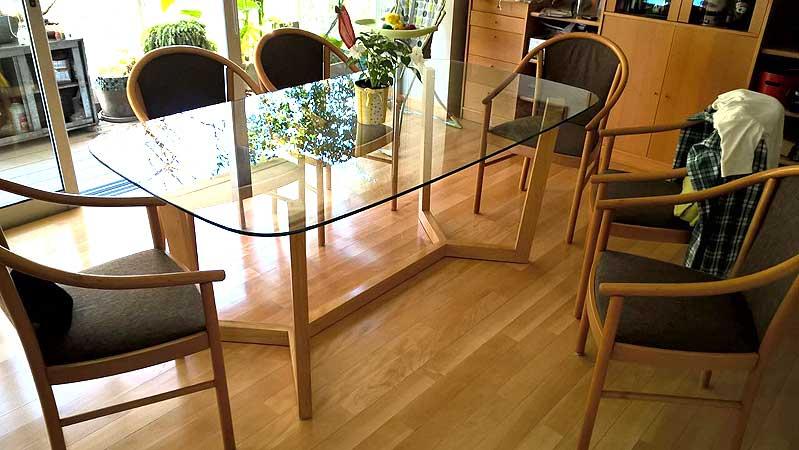mesa en vidrio y madera maciza estilo escandinavo