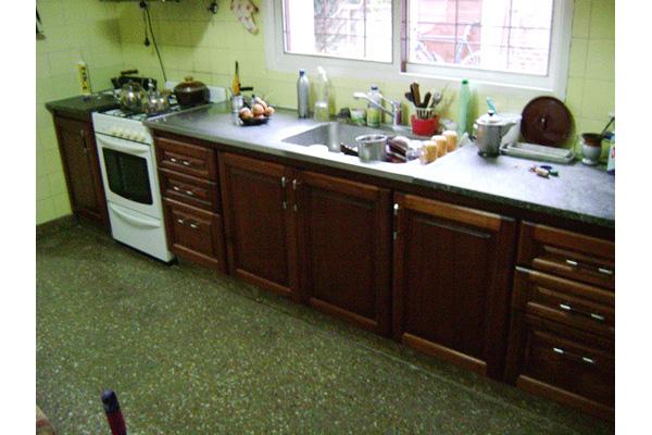 Muebles para bajo mesada de cocina en madera varios for Mesadas para cocina