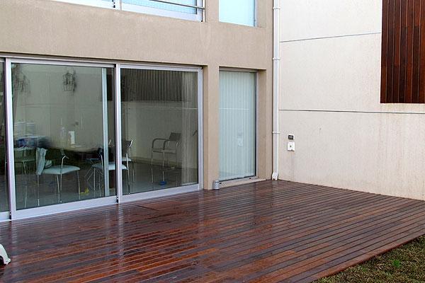 Decks de madera para exteriores piletas piscinas zona for Piletas publicas en zona norte